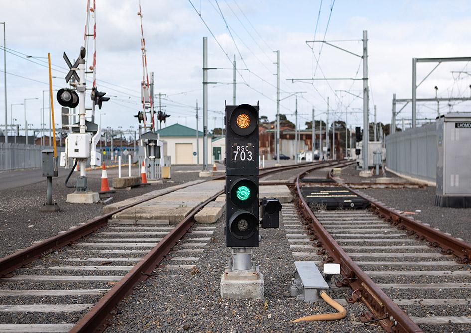 Rail signal between tracks
